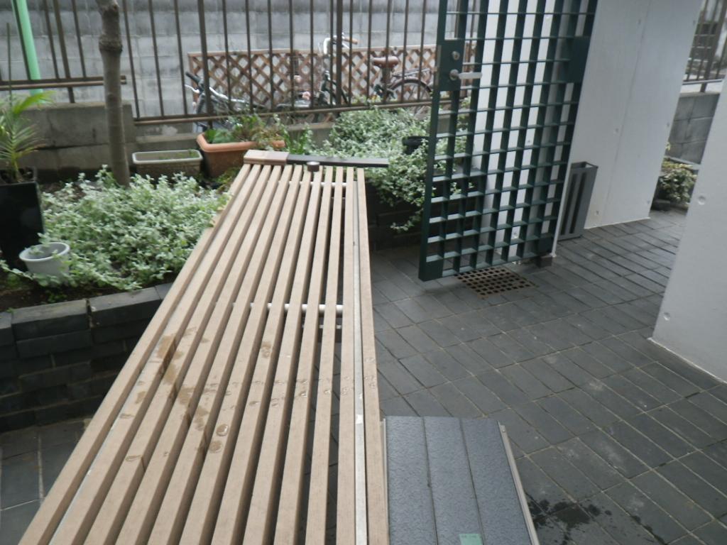 スリット構造のベンチ